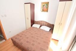 Спальня 2. Черногория, Кумбор : Апартамент с 4-мя отдельными спальнями, с 2-мя ванными комнатами, с террасой с видом на море, возле пляжа