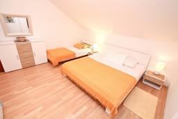 Спальня. Черногория, Герцег-Нови : Апартамент с 3-мя спальнями и балконом с прямым видом на море, Савина, 1-я линия от моря и пляжа Сплендидо