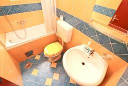 Ванная комната. Черногория, Котор : Комната для 2 человек, с балконом, 50 метров до моря