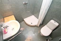 Ванная комната. Черногория, Котор : Студия для 2-3 человек, с балконом, 50 метров до моря