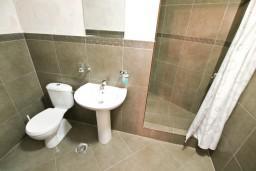 Ванная комната. Черногория, Котор : Студия для 2 человек, с террасой, 50 метров до моря