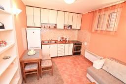 Гостиная. Черногория, Муо : Апартамент с отдельной спальней, с большой террасой с видом на море, возле пляжа