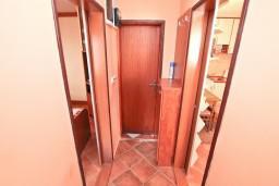 Коридор. Черногория, Муо : Апартамент с отдельной спальней, с большой террасой с видом на море, возле пляжа