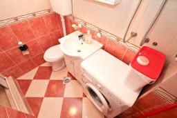 Ванная комната. Черногория, Муо : Апартамент с отдельной спальней, с большой террасой с видом на море, возле пляжа