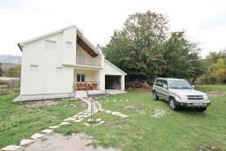 Фасад дома. Черногория, Герцег-Нови : Уютный 2-х этажный дом в Герцег-Нови (Врбань), площадью 140м2, с 3-мя отдельными спальнями, с большой гостиной, с местом для барбекю, с большой зеленой территорией, с гаражом, в цену включен автомобиль