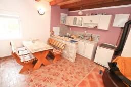 Кухня. Черногория, Герцег-Нови : Уютный 2-х этажный дом в Герцег-Нови (Врбань), площадью 140м2, с 3-мя отдельными спальнями, с большой гостиной, с местом для барбекю, с большой зеленой территорией, с гаражом, в цену включен автомобиль