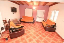 Гостиная. Черногория, Герцег-Нови : Уютный 2-х этажный дом в Герцег-Нови (Врбань), площадью 140м2, с 3-мя отдельными спальнями, с большой гостиной, с местом для барбекю, с большой зеленой территорией, с гаражом, в цену включен автомобиль