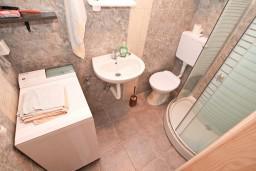 Ванная комната. Черногория, Герцег-Нови : Уютный 2-х этажный дом в Герцег-Нови (Врбань), площадью 140м2, с 3-мя отдельными спальнями, с большой гостиной, с местом для барбекю, с большой зеленой территорией, с гаражом, в цену включен автомобиль
