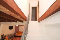 Коридор. Черногория, Герцег-Нови : Уютный 2-х этажный дом в Герцег-Нови (Врбань), площадью 140м2, с 3-мя отдельными спальнями, с большой гостиной, с местом для барбекю, с большой зеленой территорией, с гаражом, в цену включен автомобиль