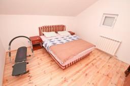 Спальня. Черногория, Герцег-Нови : Уютный 2-х этажный дом в Герцег-Нови (Врбань), площадью 140м2, с 3-мя отдельными спальнями, с большой гостиной, с местом для барбекю, с большой зеленой территорией, с гаражом, в цену включен автомобиль