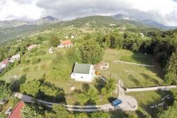 Территория. Черногория, Герцег-Нови : Уютный 2-х этажный дом в Герцег-Нови (Врбань), площадью 140м2, с 3-мя отдельными спальнями, с большой гостиной, с местом для барбекю, с большой зеленой территорией, с гаражом, в цену включен автомобиль
