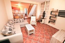 Гостиная. Черногория, Люта : 2-х этажный апартамент для 4-6 человек, с 2-мя отдельными спальнями, с 2-мя ванными комнатами, с террасой, 10 метров до моря
