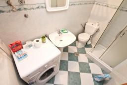 Ванная комната 2. Черногория, Люта : 2-х этажный апартамент для 4-6 человек, с 2-мя отдельными спальнями, с 2-мя ванными комнатами, с террасой, 10 метров до моря
