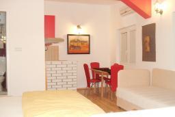 Студия (гостиная+кухня). Черногория, Тиват : Студия для 4-5 человек, с террасой с видом на море, 10 метров до пляжа
