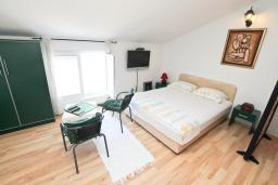 Студия (гостиная+кухня). Черногория, Тиват : Студия для 3-4 человек, с террасой с видом на море, 10 метров до пляжа