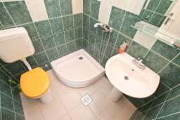 Ванная комната. Черногория, Тиват : Студия для 3-4 человек, с террасой с видом на море, 10 метров до пляжа