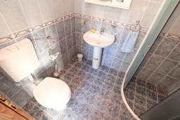 Ванная комната. Черногория, Пераст : Апартамент с отдельной спальней, с большой террасой, 20 метров до моря