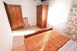 Спальня. Черногория, Пераст : Апартамент с отдельной спальней, с большой террасой, 20 метров до моря