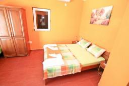 Студия (гостиная+кухня). Черногория, Прчань : Студия для 3 человек, с балконом с шикарным видом на море, 20 метров до пляжа