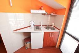 Кухня. Черногория, Прчань : Студия для 3 человек, с балконом с шикарным видом на море, 20 метров до пляжа