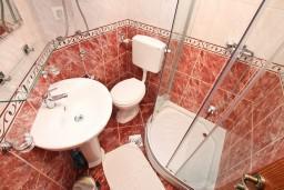 Ванная комната. Черногория, Прчань : Студия для 3 человек, с балконом с шикарным видом на море, 20 метров до пляжа