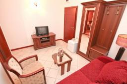 Гостиная. Черногория, Пераст : Апартамент с отдельной спальней, с балконом с видом на море, 10 метров до пляжа