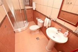 Ванная комната. Черногория, Пераст : Апартамент с отдельной спальней, с балконом с видом на море, 10 метров до пляжа