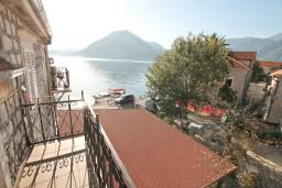 Балкон. Черногория, Пераст : Апартамент с отдельной спальней, с балконом с видом на море, 10 метров до пляжа