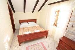 Спальня. Черногория, Пераст : Апартамент с отдельной спальней, с балконом с видом на море, 10 метров до пляжа