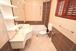 Ванная комната. Черногория, Бигова : Апартамент с отдельной спальней, с балконом с шикарным видом на море, 20 метров до пляжа