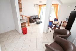 Гостиная. Черногория, Бигова : Апартамент с отдельной спальней, с балконом с шикарным видом на море, 20 метров до пляжа