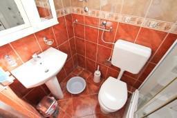 Ванная комната. Черногория, Бигова : 2-х этажный апартамент с отдельной спальней, с балконом с шикарным видом на море, 20 метров до пляжа