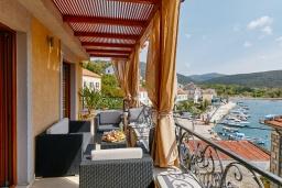 Балкон. Черногория, Бигова : Современный 2-х этажный апартамент для 6 человек, с 2-мя большими гостиными, с 3-мя отдельными спальнями, с 3-мя ванными комнатами, с балконом с шикарным видом на море, с террасой и местом для барбекю, 10 метров до пляжа