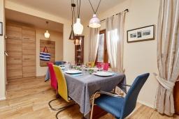 Обеденная зона. Черногория, Бигова : Современный 2-х этажный апартамент для 6 человек, с 2-мя большими гостиными, с 3-мя отдельными спальнями, с 3-мя ванными комнатами, с балконом с шикарным видом на море, с террасой и местом для барбекю, 10 метров до пляжа