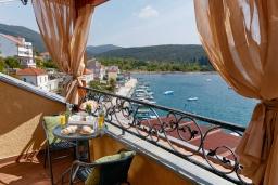 Балкон. Черногория, Бигова : Современный апартамент с отдельной спальней, с балконом с шикарным видом на море, 10 метров до пляжа