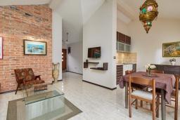 Гостиная. Черногория, Бигова : Современный апартамент с отдельной спальней, с балконом с шикарным видом на море, 10 метров до пляжа