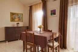 Обеденная зона. Черногория, Бигова : Современный апартамент с отдельной спальней, с балконом с шикарным видом на море, 10 метров до пляжа