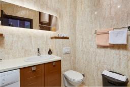 Ванная комната. Черногория, Бигова : Современный апартамент с отдельной спальней, с балконом с шикарным видом на море, 10 метров до пляжа