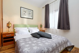 Спальня. Черногория, Бигова : Современный апартамент с отдельной спальней, с балконом с шикарным видом на море, 10 метров до пляжа