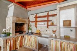 Терраса. Черногория, Бигова : Шикарный 3-х этажный дом в Бигова, площадью 250м2, с 3 большими гостиными, с 4 отдельными спальнями, с 4 ванными комнатами, с двумя балконами с шикарным видом на море, с террасой и местом для барбекю, с гаражом, 10 метров до пляжа