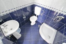 Ванная комната. Черногория, Бигова : Апартамент с отдельной спальней, с террасой с видом на море