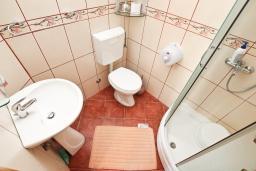 Ванная комната. Черногория, Лепетане : Апартамент с отдельной спальней, с террасой с видом на море, возле пляжа