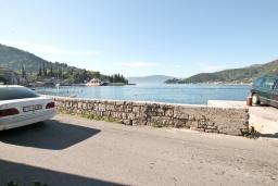 Вид на море. Черногория, Лепетане : Апартамент с отдельной спальней, с террасой с видом на море, возле пляжа