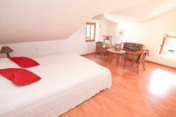 Спальня. Черногория, Лепетане : 2-х этажный апартамент с отдельной спальней, с террасой с видом на море, возле пляжа