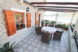 Терраса. Черногория, Лепетане : 2-х этажный апартамент с отдельной спальней, с террасой с видом на море, возле пляжа