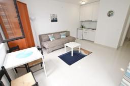 Гостиная. Черногория, Петровац : Современный апартамент с отдельной спальней, с террасой и балконом