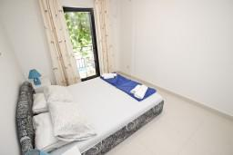 Спальня. Черногория, Петровац : Современный апартамент с отдельной спальней, с террасой и балконом