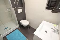 Ванная комната. Черногория, Петровац : Современный апартамент с отдельной спальней, с террасой и балконом