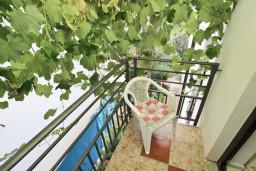 Балкон. Черногория, Петровац : Современный апартамент с отдельной спальней, с террасой и балконом