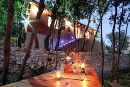 Фасад дома. Черногория, Святой Стефан : Бунгало в Святом Стефане (Близикуче) с 2-мя отдельными спальнями, с большой гостиной, с балконом с видом на море, с террасой и местом для барбекю